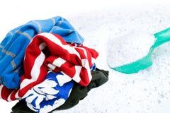 Använda kläder med tvagningpulver arkivfoto