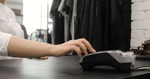 Använda kreditkortterminalen med STIFTET i lager stock video