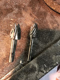 Använda metallarbetehjälpmedel Tc Burs på plugghästmetall Arkivbild