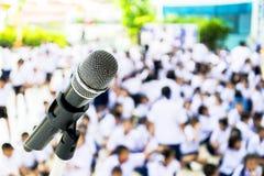 Använda mikrofonen som en kommunikation royaltyfria bilder