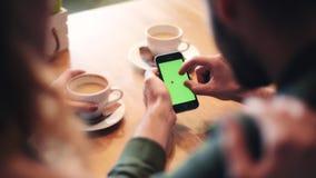 Använda mobiltelefonen på kafét arkivfilmer