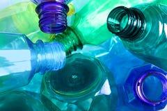 Använda plast- flaskor som bakgrund, closeup arkivbild