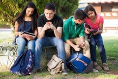 Använda teknologi på skolan Royaltyfria Foton