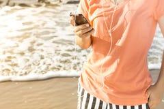 Användare för livsstilSmartphone Tech som tycker om semester Royaltyfri Fotografi