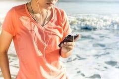 Användare för livsstilSmartphone Tech som tycker om semester Arkivbild