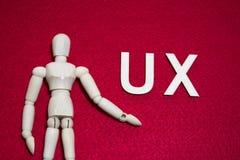 Användareerfarenhetsbegreppet UX, trädockan på akryl för röd färg klädde med filt tyg fotografering för bildbyråer