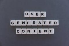 Användaren frambragte det nöjda ordet som gjordes av fyrkantigt bokstavsord på grå bakgrund royaltyfri foto