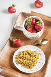 Användbar frukost på ett magasin, en bovetehavregröt och en mogen röd stra Arkivfoton