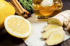 Användbara tillsatser till te och drinkar: honung, citron, ingefära och kanel arkivbild
