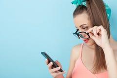 Använder den attraktivt barn utformade kvinnan telefonen Arkivbild