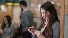 Använder den unga attraktiva brunettaffärskvinnan för closeupen en pekskärmminnestavla i modernt startup kontorslag i arbetsplats Royaltyfri Fotografi