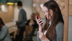 Använder den unga attraktiva brunettaffärskvinnan för closeupen en pekskärmminnestavla i modernt startup kontorslag i arbetsplats royaltyfria foton