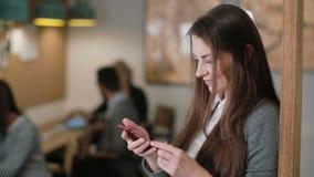 Använder den unga attraktiva brunettaffärskvinnan för closeupen en pekskärmminnestavla i modernt startup kontorslag i arbetsplats arkivbild