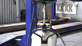 Använt olje- flöda in i behållare för utrustning för biloljautbyte Lutande ner arkivfilmer