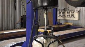 Använt olje- flöda in i behållare för utrustning för biloljautbyte Lutande upp lager videofilmer
