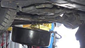 Använt olje- flöde in i behållare för utrustning för biloljautbyte stock video