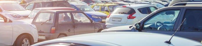 Använt parkera bilar Arkivfoto