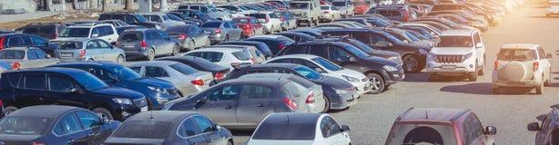 Använt parkera bilar Arkivbild
