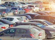 Använt parkera bilar Arkivbilder