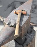 ANVIL and sturdy hammer in the workshop of the master blacksmith Royalty Free Stock Photos
