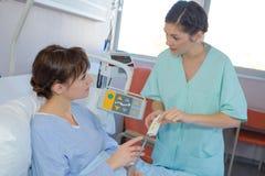 Anvisning från sjuksköterskan royaltyfria bilder