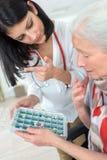 Anvisning på preventivpiller`-dosering arkivfoto