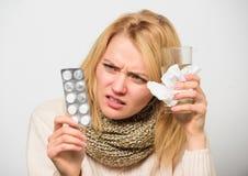 Anvisningar för behandling av förkylning Tagandeläkarbehandlingar som blir av med förkylning Flickan tar medicindrinkvatten Huvud royaltyfri bild