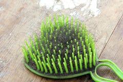 Använd hårkam med stupat hår Arkivfoton
