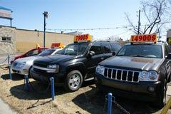 använda bilförsäljningslastbilar Royaltyfri Fotografi
