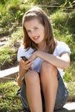 använda för spelare för flickamp3 utomhus tonårs- Arkivfoton