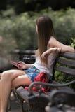 använda för telefon för flicka mobilt Royaltyfri Fotografi