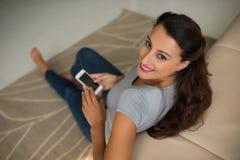Använda mobiltelefon Fotografering för Bildbyråer