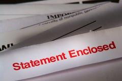 Anweisung-beiliegende Post über Stapel Rechnungen stockfotografie