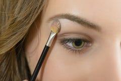 Anwenden der Augenschminke Lizenzfreies Stockfoto
