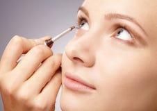 Anwenden der Augenschminke für junges Mädchen stockbilder