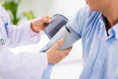 Anwenden der Blutdruckmanschette Lizenzfreies Stockbild