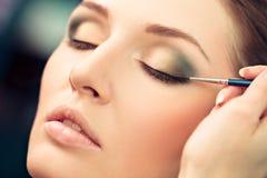 Anwenden des Eyeliner-Makes-up lizenzfreies stockbild