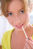 Anwenden des Lippenglanzes Lizenzfreie Stockbilder