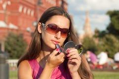Anwenden des Lippenstifts Lizenzfreies Stockbild