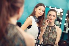 Anwenden des Lippenstifts mit einem Pinsel lizenzfreie stockfotos