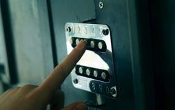 Anwenden des Sicherheitscodes auf Tür stockfoto