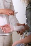 Anwenden eines Verbandes für Handgelenk Lizenzfreies Stockbild