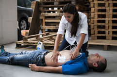 Anwendung von Defibrillationselektroden Stockfotografie