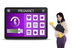 Anwendungen der schwangeren Frau und der Schwangerschaft Stockfoto
