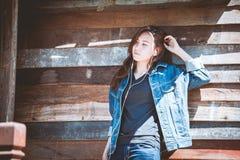 ANWENDUNGSder glücklichen Jugend Jugendund hörende Musik auf Smartphone Lizenzfreies Stockfoto