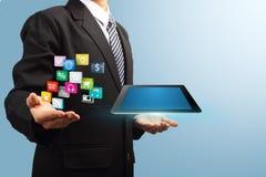 Anwendungsikone mit Tablettencomputer in den Händen Stockfotografie