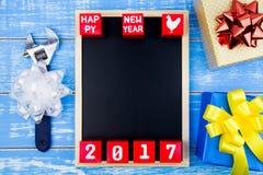 Anwesende Geschenkbox, Reparaturwerkzeuge, Tafel und guten Rutsch ins Neue Jahr 20 Lizenzfreie Stockbilder