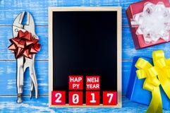 Anwesende Geschenkbox, Reparaturwerkzeuge, Tafel und guten Rutsch ins Neue Jahr 20 Stockfoto