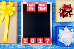 Anwesende Geschenkbox, Tafel- und guten Rutsch ins Neue Jahr-2017 Zahl auf r Lizenzfreie Stockfotos
