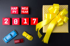 Anwesende Geschenkbox und Zahl des guten Rutsch ins Neue Jahr 2017 auf rotem Papierkasten Stockfotos